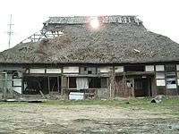 青森県・萱葺屋根廃屋