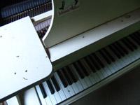 青森県・白いピアノ