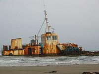 秋田県・五里合海岸沖の座礁船